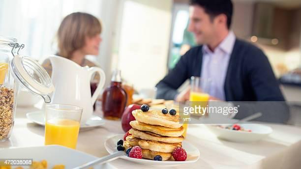 Padre e figlio, avendo la colazione In cucina insieme