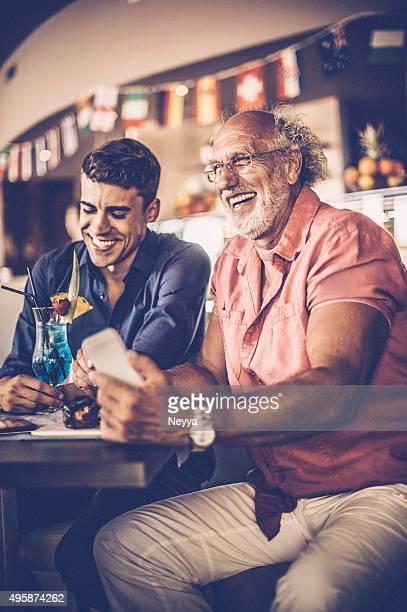 Pai e filho tendo diversão em pattisserie