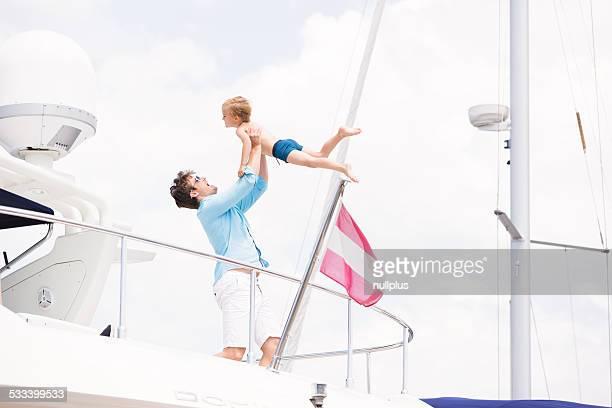 Père et fils s'amuser dans leur yacht