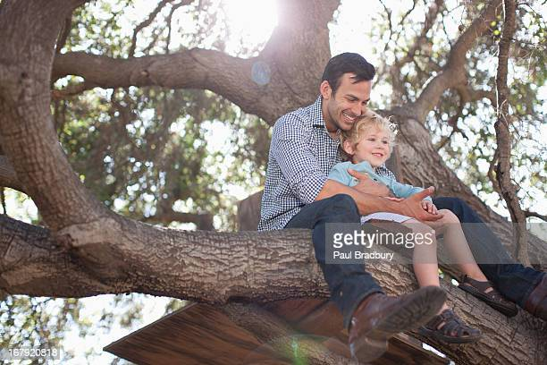 Vater und Sohn Umarmen in tree