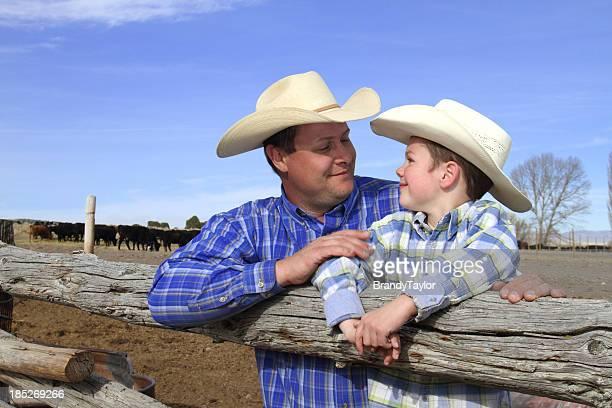 Père et fils à la recherche à eachother sur le ranch