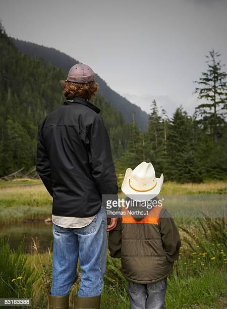 Pai e filho Olhando para a Rio e tidal marsh