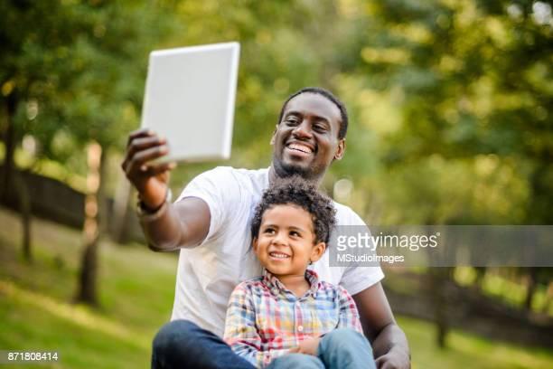 Far och son att göra selfie.