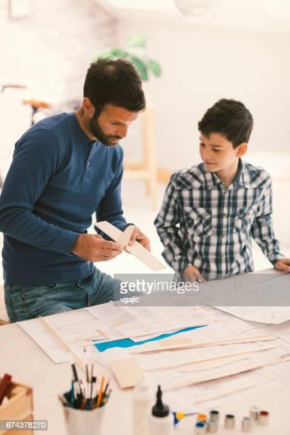 Vater und Sohn machen Spielzeug Flugzeug
