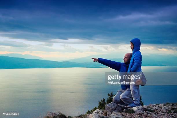 父と息子の山々のハイキングに海