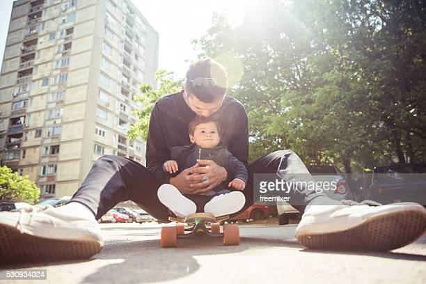 Vater und Sohn auf Skateboard