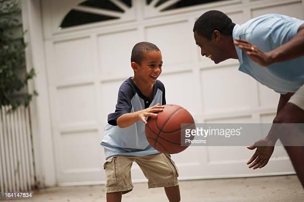 Vater und Sohn spielen basketball