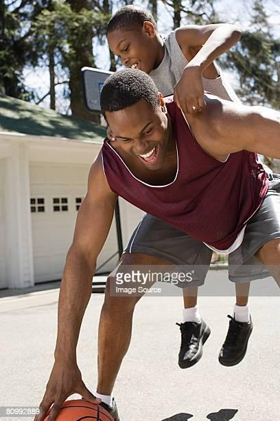 Père et fils jouant au basket-ball