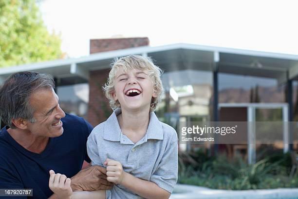 Vater und Sohn spielen im Freien