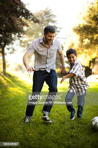 Father and son playing soccer together : Foto de stock