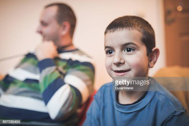 Padre e figlio giocare videogiochi