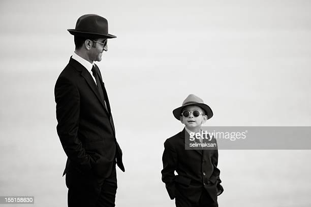 Padre e figlio In posa In indumenti simili