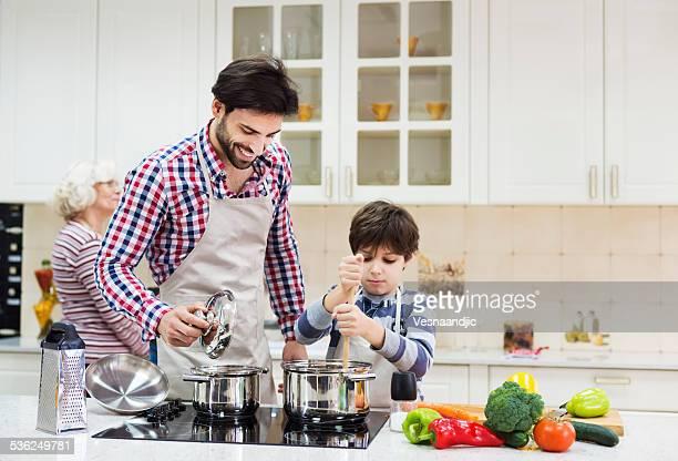 Père et fils dans la cuisine à préparer des repas équilibrés