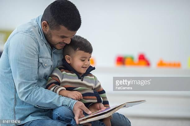 Père et fils, lire un livre ensemble