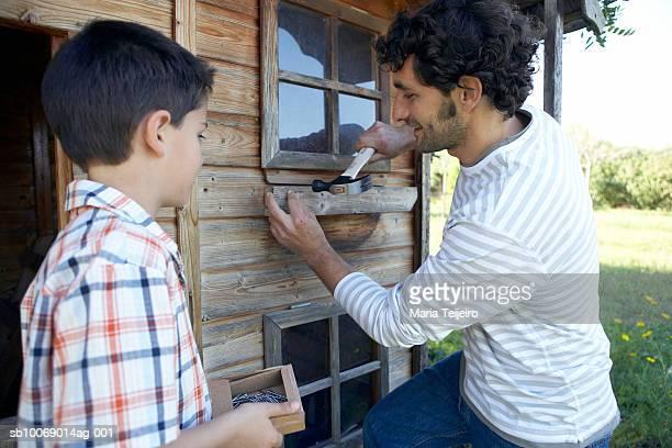 Père et fils (8 et 9) réparer garden house