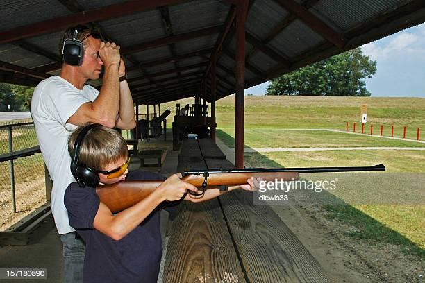 Vater und Sohn Gewehr-Unterricht