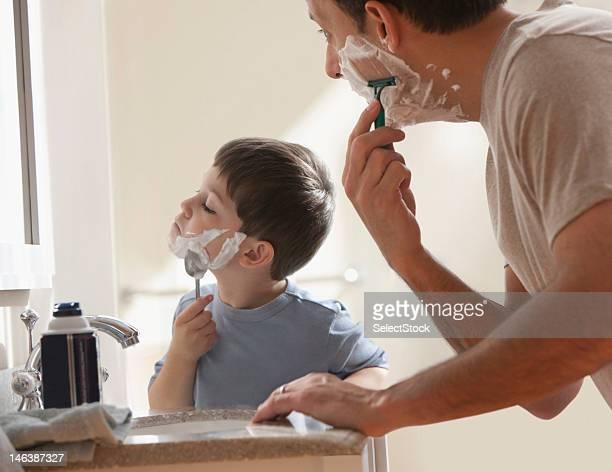 Père et fils se raser ensemble