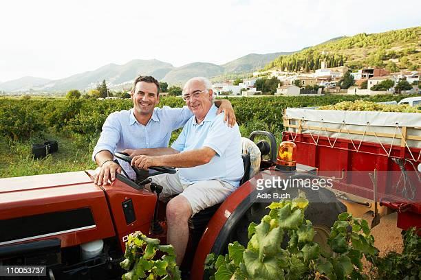 Vater und Sohn sitzen auf Traktor