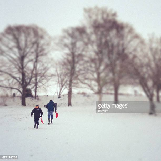 Père et fils de la luge dans la neige