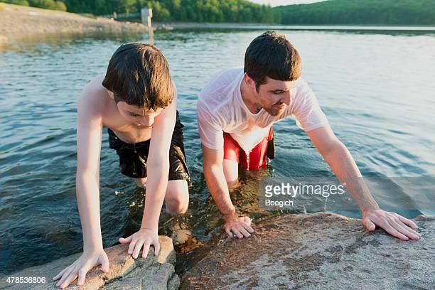 Vater und Sohn Sommer See Lake Swimmers Klettern Sie zusammen
