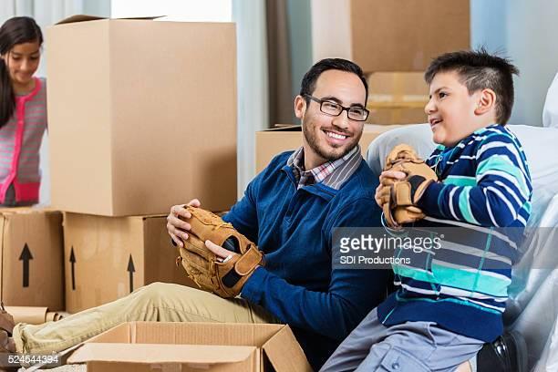 Padre e figlio fare una pausa dal disfare le scatole