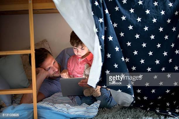 Vater und Sohn mit einem elektronischen Tablet