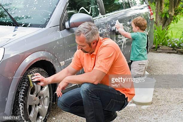 Vater und Sohn Waschen Auto
