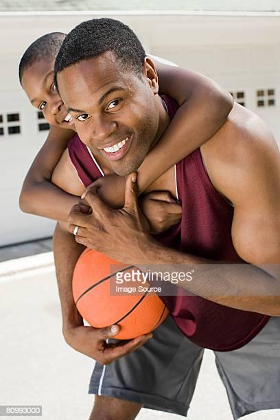 Père et fils avec terrain de basket