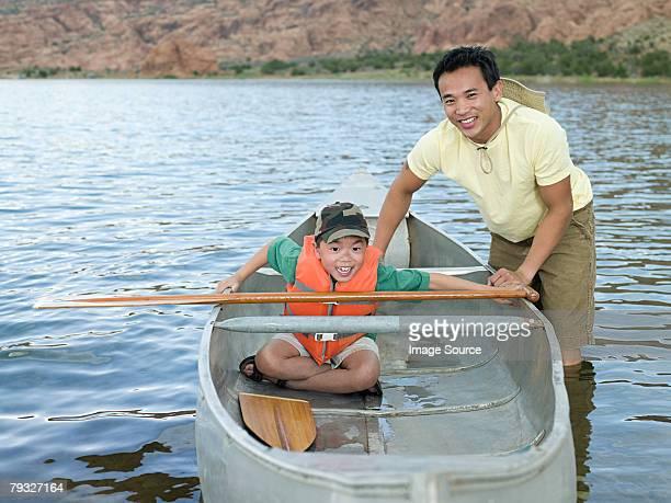 Vater und Sohn mit dem Kanu