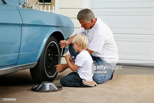 Padre e hijo trabajando en el coche