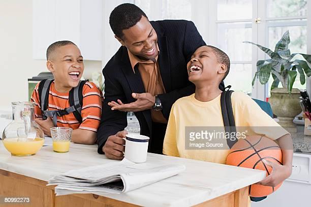 Vater und Söhne Lachen