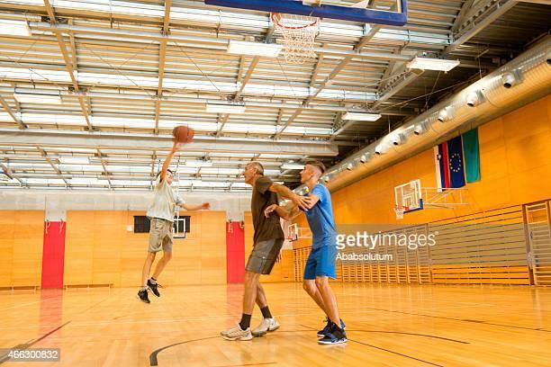 A Woman Playing Basketball Imágenes De Stock A Woman: Términos Deportivos Fotografías E Imágenes De Stock