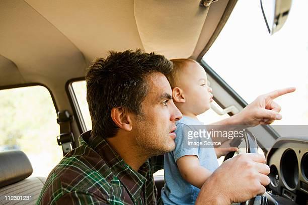 父と息子の子供の車