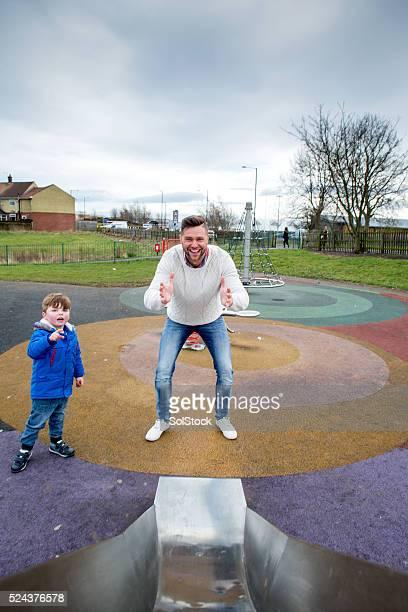 Père dans le parc avec ses enfants