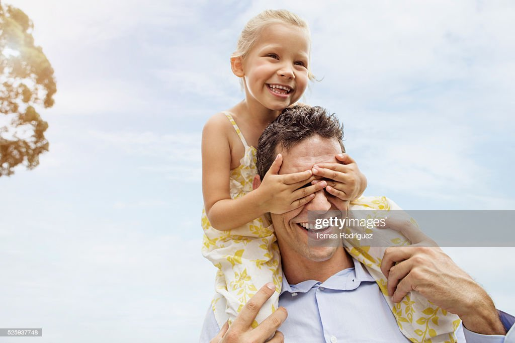 Father carrying daughter (4-5) on shoulders : Stockfoto
