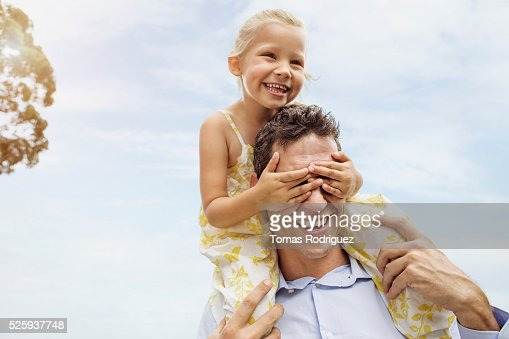 Father carrying daughter (4-5) on shoulders : Foto stock