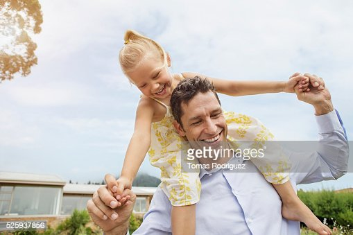 Father carrying daughter (4-5) on shoulders : Stock-Foto