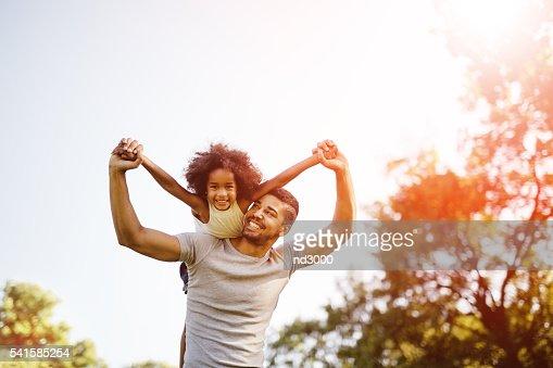 Padre llevando hija mixto : Foto de stock