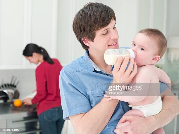 Padre alimentazione neonato bottiglia di latte