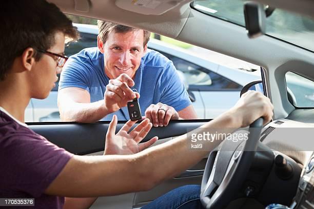 Père Fils de confier les clés de voiture