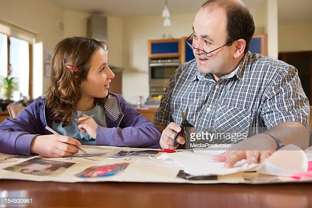 Père aider sa fille à faire ses devoirs
