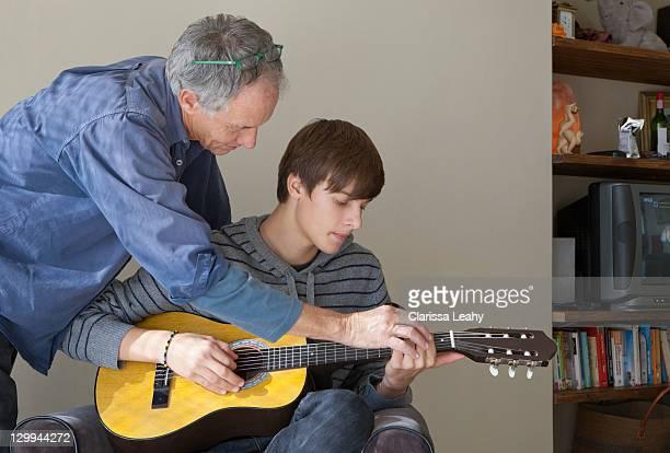 Padre aiutando il figlio giocare chitarra