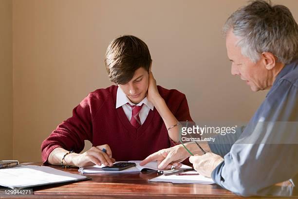 父と息子に宿題サポート