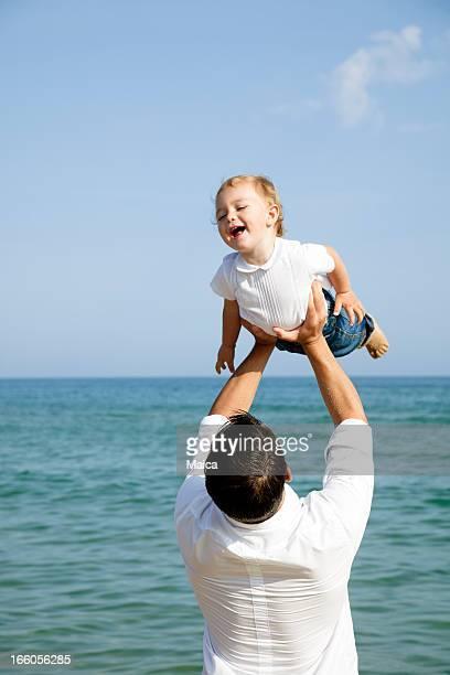 Père tenant garçon en joy