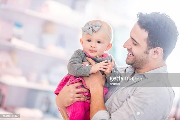 Vater holding sein baby