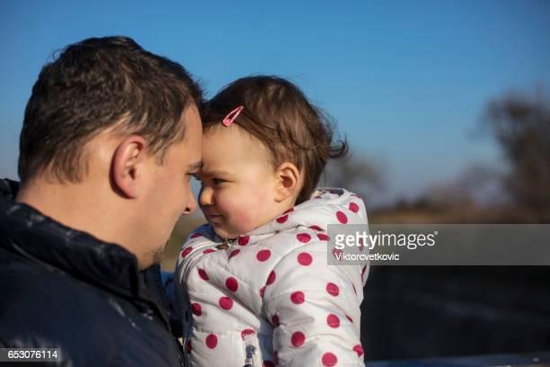 Vater holding sein kleines Mädchen