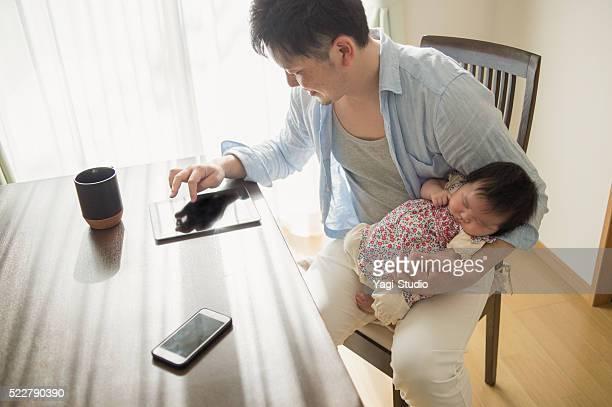 父、赤ちゃんをを、デジタルタブレット