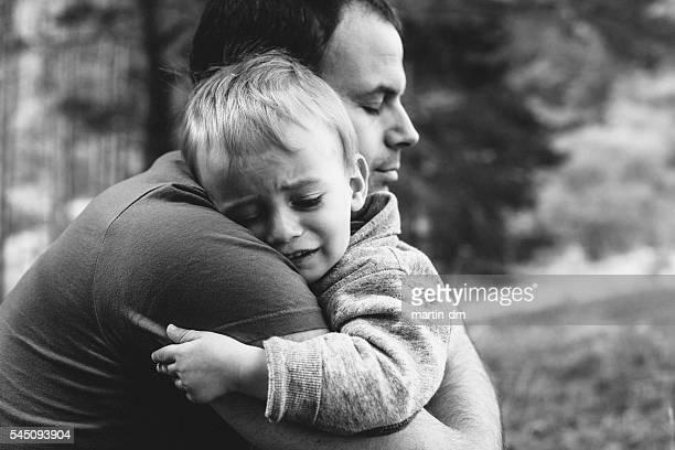 Vater seinen Sohn zu umarmen Weinen