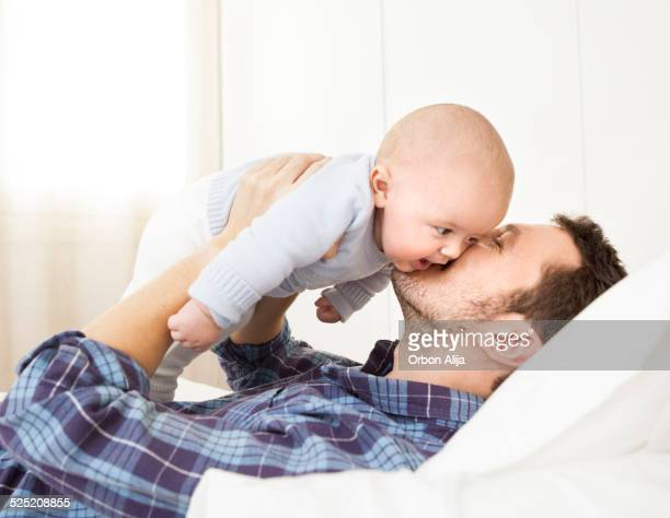 Père Embrasser bébé garçon