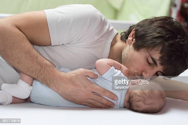 Vater Küssen seinen Neugeborenen Babys